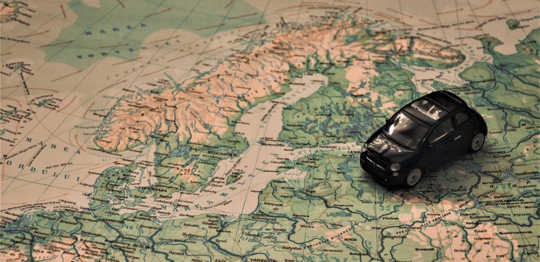 ACE Logistics transports Eiropā maija brīvdienās, fonā Eiropas karte un rotaļu auto