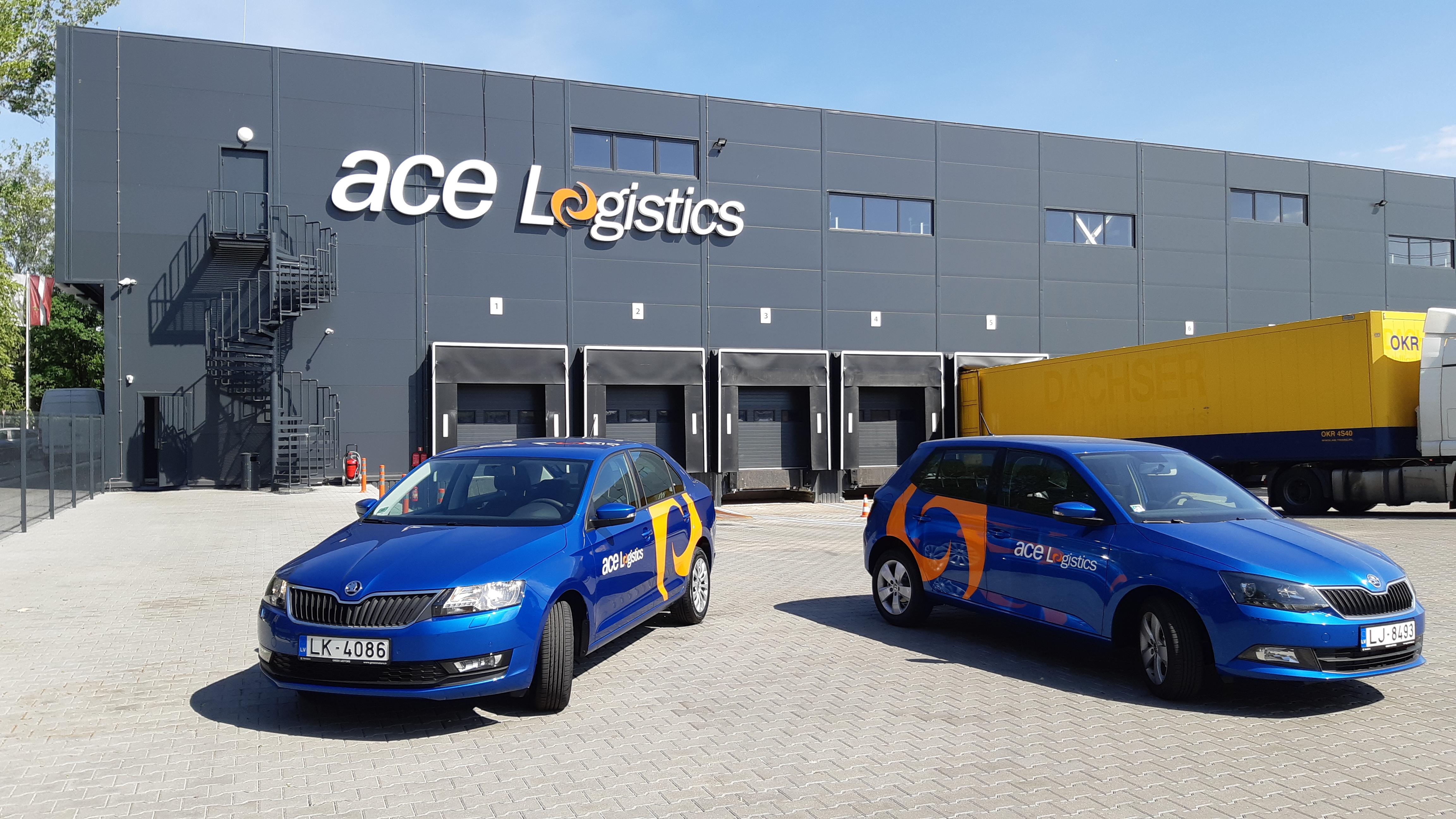 ace Logistics automašīnas, fonā ofisa ēka