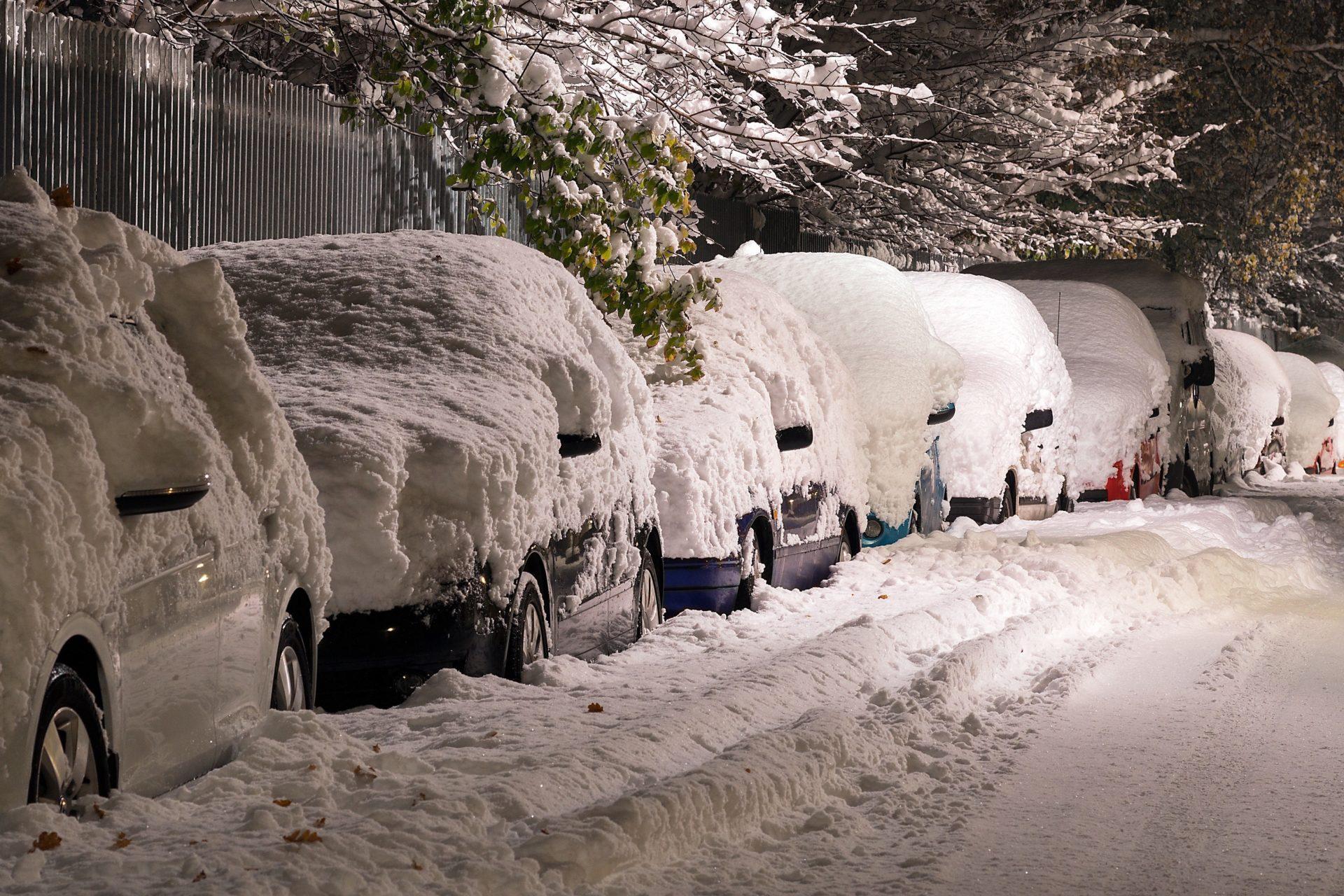 Laikapstākļi ietekmē transporta kustību, apsnigušas automašīnas ceļa malā