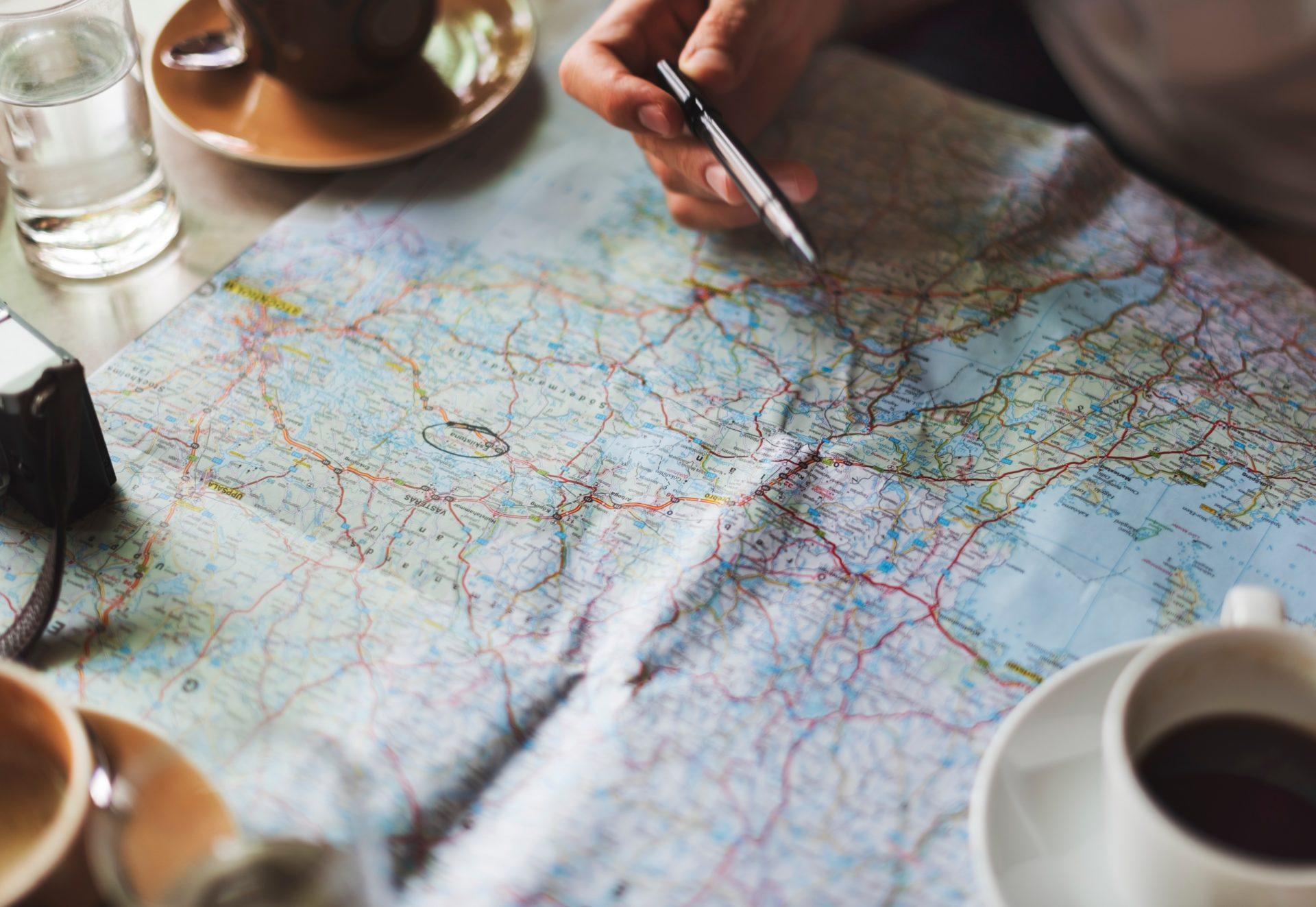 kravu pārvadājumu grafiks Lieldienās un maija brīvdienās, fonā karte