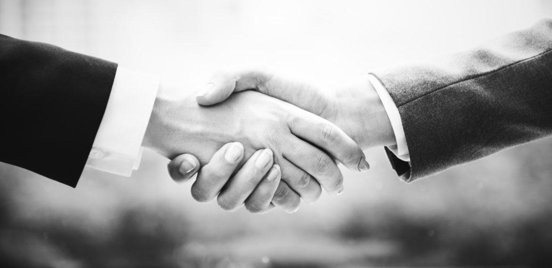 divu cilvēku rokasspiediens, melnbalta fotogrāfija