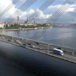 ACE Logistics kravas automašīna uz Vanšu tilta, fonā Daugava